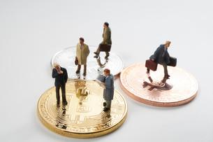 仮想通貨とミニチュア人形の写真素材 [FYI01645418]