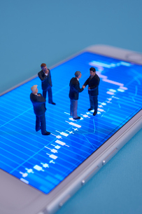 株価グラフとミニチュア人形の写真素材 [FYI01645445]