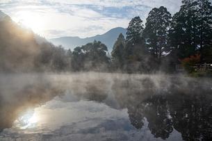 朝霧の金鱗湖の写真素材 [FYI01645589]