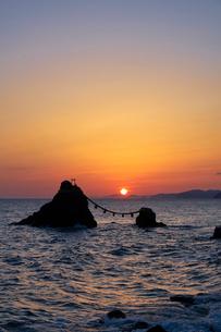 二見浦の夫婦岩からの日の出の写真素材 [FYI01645605]