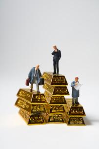 金塊とミニチュア人形のビジネスマンの写真素材 [FYI01645652]