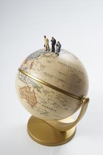 地球儀とビジネスマンのミニチュア人形の写真素材 [FYI01645735]