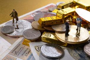 仮想通貨とミニチュア人形の写真素材 [FYI01645797]