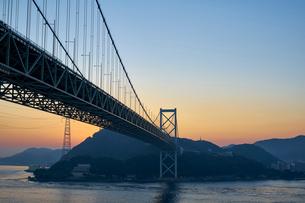 下関から北九州を望む関門橋の夜明けの写真素材 [FYI01645813]