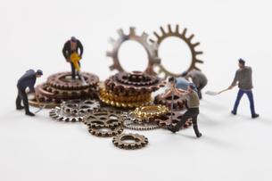歯車とミニチュア人形の写真素材 [FYI01645883]