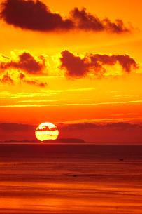御輿来海岸から望む有明海の夕焼けの写真素材 [FYI01645983]