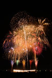 とりで利根川花火大会のワイドスターマインとナイアガラの写真素材 [FYI01646006]