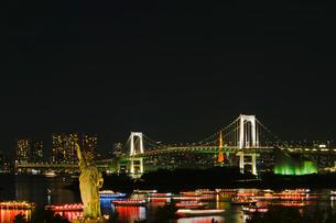 お台場 自由の女神とレインボーブリッジと屋形船夜景の写真素材 [FYI01646026]
