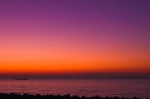 海と三日月 朝焼けの写真素材 [FYI01646058]