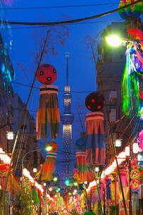 下町七夕まつりと東京スカイツリーライトアップの写真素材 [FYI01646061]