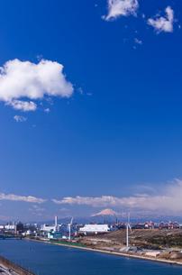 東京ゲートブリッジから風力発電と海の森と富士山望むの写真素材 [FYI01646088]