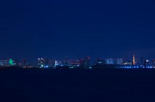 臨海副都心と東京タワー方面夜景の写真素材 [FYI01646127]
