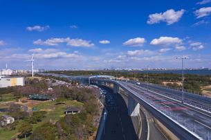 東京ゲートブリッジと若洲公園の風力発電の写真素材 [FYI01646147]