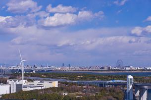 東京ゲートブリッジから若洲公園の風力発電と葛西方面望むの写真素材 [FYI01646203]