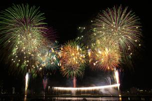足立の花火のワイドスターマインとナイアガラの滝の写真素材 [FYI01646217]