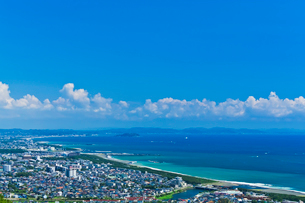青空遠望に江の島と湘南海岸と平塚市を望むの写真素材 [FYI01646239]