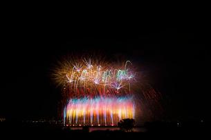 葛飾納涼花火大会のデジタルスターマインの写真素材 [FYI01646350]