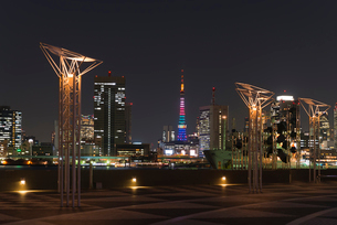 晴海ふ頭から東京タワーオリンピックカラー暮色の写真素材 [FYI01646371]