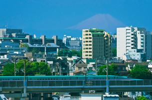 富士山と東京を走る東北新幹線E5系はやぶさの写真素材 [FYI01646411]