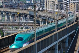 東京を走る東北新幹線E5系はやぶさの写真素材 [FYI01646496]