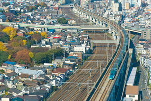 東京を走る東北新幹線E5系はやぶさの写真素材 [FYI01646505]