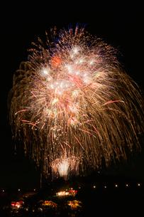 土浦全国花火競技大会のスターマインで星空に願いを込めての写真素材 [FYI01646517]