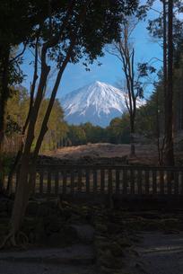 山宮浅間神社,青空に遥拝所から望む富士山の写真素材 [FYI01646581]