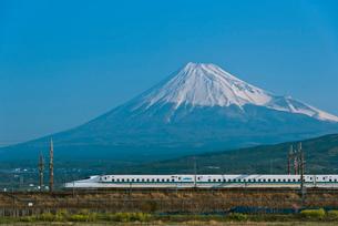 青空に富士山と東海道・山陽新幹線N700系の写真素材 [FYI01646731]
