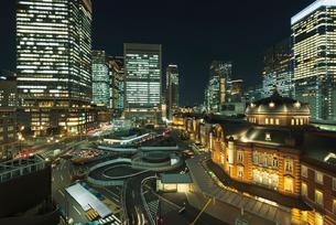 復元されたJR東京駅丸の内駅舎夜景の写真素材 [FYI01646788]