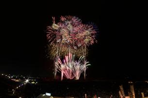 常総きぬ川花火大会 音楽と花火のコラボ「刹那にゆらぐ」の写真素材 [FYI01646790]