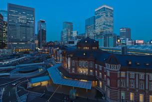 青空に復元されたJR東京駅丸の内駅舎暮色の写真素材 [FYI01646847]