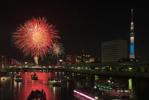 隅田川花火大会と東京スカイツリーと屋形船の写真素材 [FYI01646970]