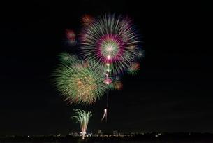 とりで利根川大花火 尺玉のパレードとスターマイン夏の味の写真素材 [FYI01646986]