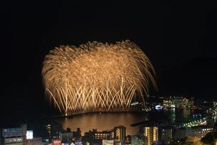 熱海海上花火大会 デジタルスターマインの写真素材 [FYI01647082]