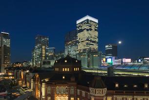 復元されたJR東京駅丸の内駅舎夜景の写真素材 [FYI01647083]