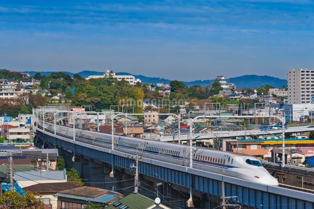 青空に東海道・山陽新幹線N700A 小田原城望むの写真素材 [FYI01647092]