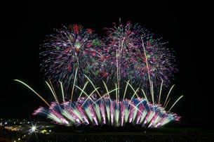 常総きぬ川花火大会 グランドフィナーレの写真素材 [FYI01647153]