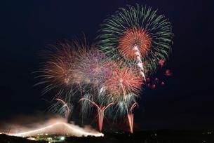 常総きぬ川花火大会 オープニング花火ナイアガラ富士200m付の写真素材 [FYI01647176]