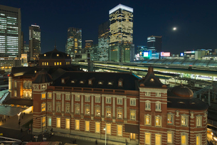 復元されたJR東京駅丸の内駅舎夜景の写真素材 [FYI01647296]