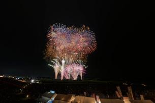 常総きぬ川花火大会 音楽と花火のコラボ「刹那にゆらぐ」の写真素材 [FYI01647309]