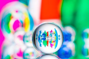 ビー玉とガラスの小物の写真素材 [FYI01647321]