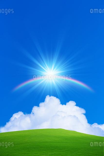 草原と青空に虹と太陽の写真素材 [FYI01647332]