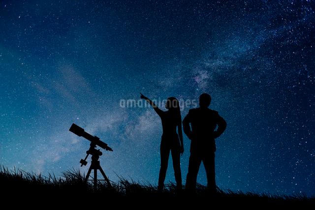 星空と望遠鏡と人物シルエットの写真素材 [FYI01647343]
