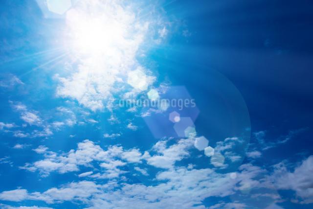 青空と太陽の写真素材 [FYI01647877]