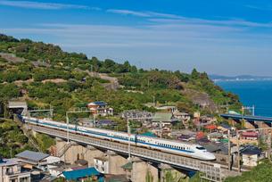 青空に東海道・山陽新幹線700系 集落と相模湾望むの写真素材 [FYI01647987]