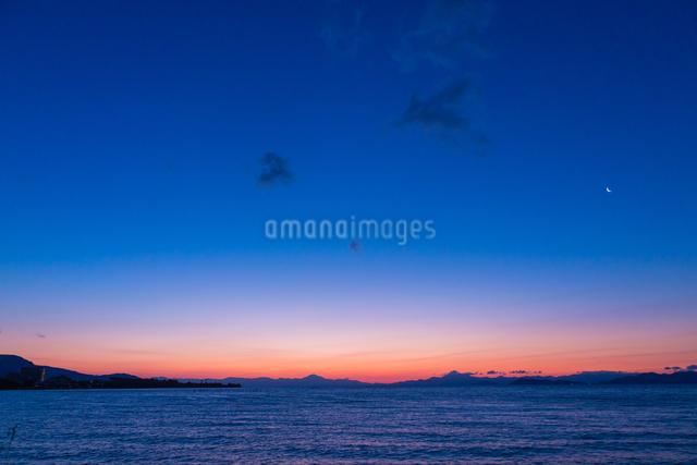 夜明けの琵琶湖畔に有明の月の写真素材 [FYI01647990]