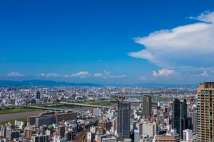 梅田スカイビルから見た大阪の街並の写真素材 [FYI01648109]