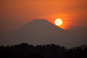 日の入りの富士山遠景の写真素材 [FYI01648835]