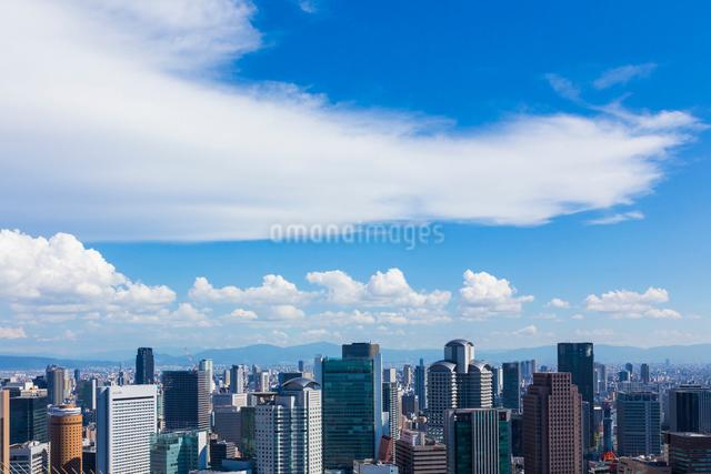 梅田スカイビルから見た大阪の街並の写真素材 [FYI01648853]