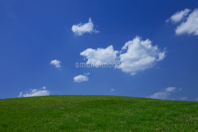 丘と雲の写真素材 [FYI01648865]